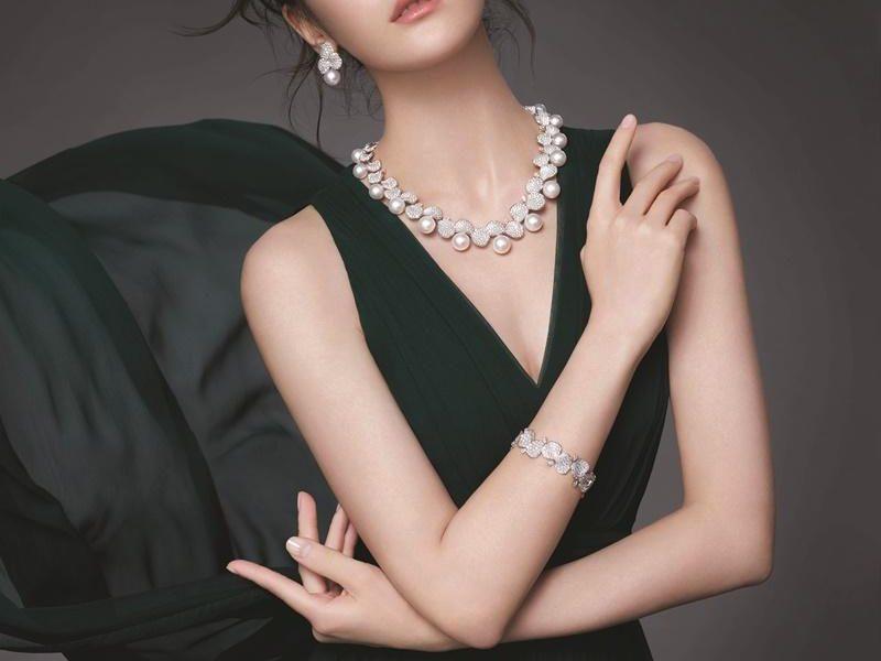 迪麗熱巴露「胸前陰影」裙襬開衩秀蜜腿!最新美照讓網友尖叫了